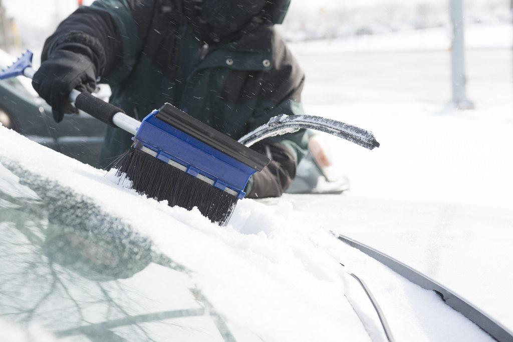 Auto winterfest machen eiskratzer