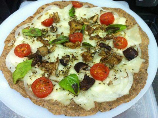 Pizza végétalienne à base de lin et d'épeautre